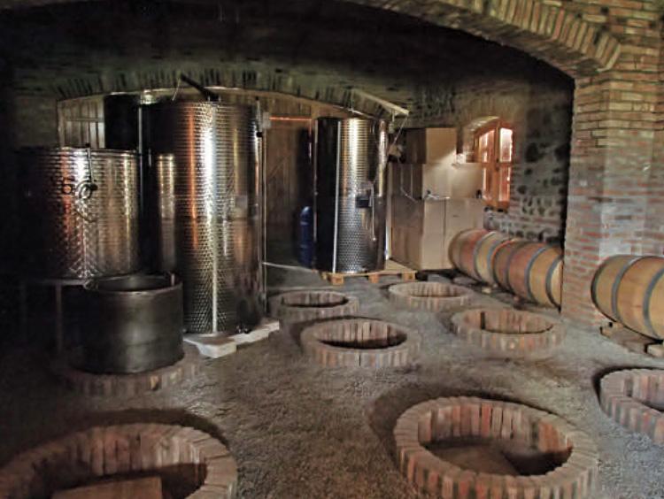 クヴェヴリを使ったワイン製造風景