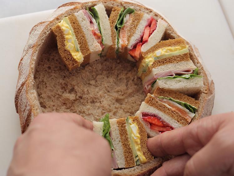 サンドイッチを詰めている様子