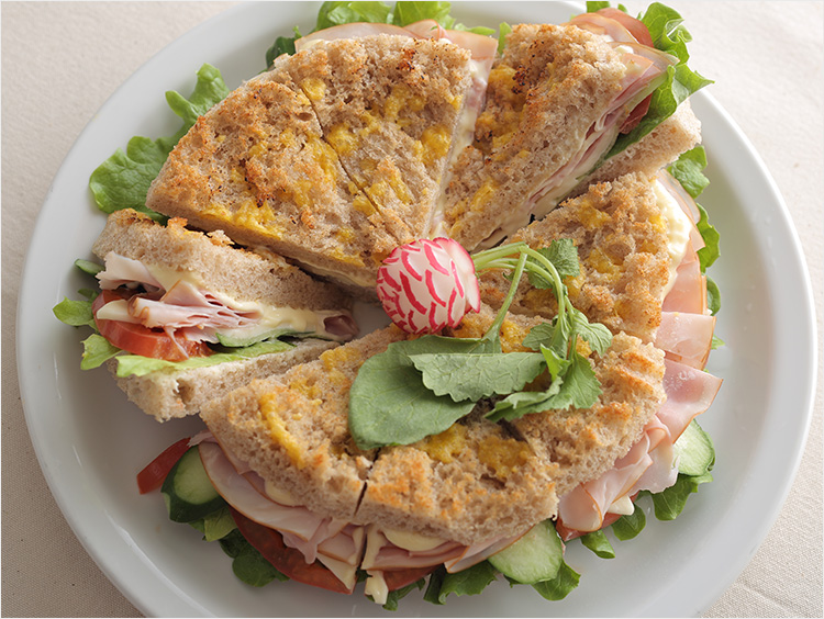 カンパーニュの特大サンドイッチ