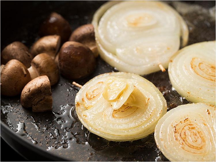 新玉ねぎとマッシュルームをフライパンで焼く