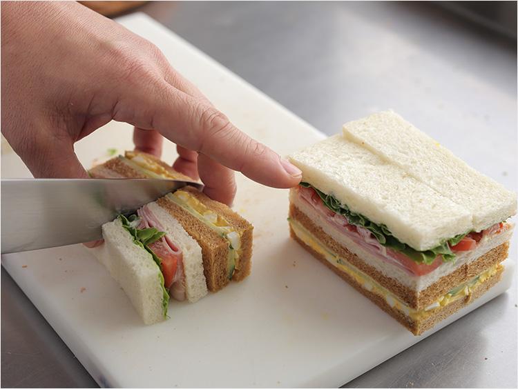 サンドイッチを切っている様子