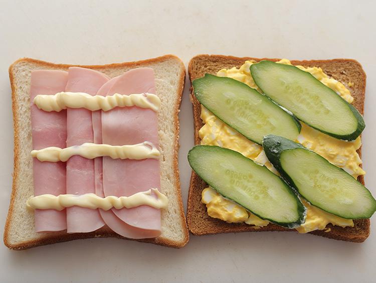 サンドイッチの具材を並べている様子