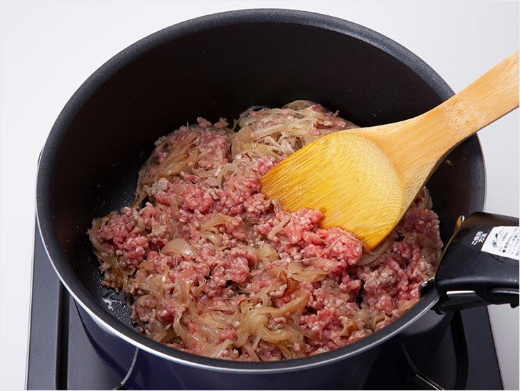 ひき肉を炒めている様子