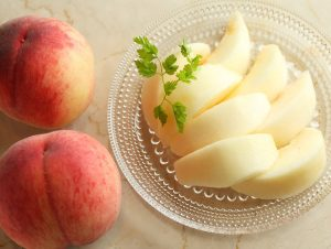 桃のキレイなむき方 ~⇔日本橋 千疋屋総本店>のプロが人気フルーツ4種のカットの仕方を教えます