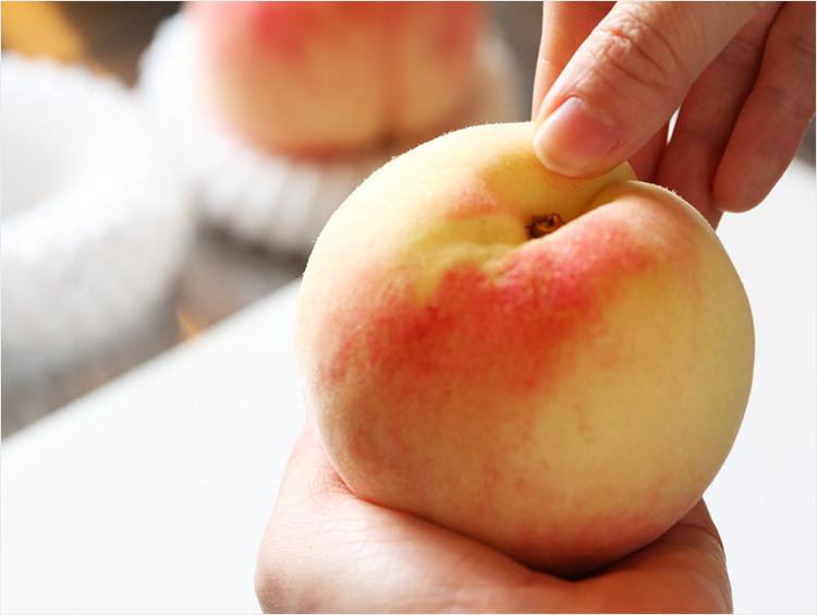 桃を指で触っている様子