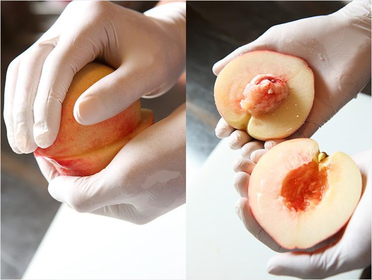 桃を半割りにしている様子