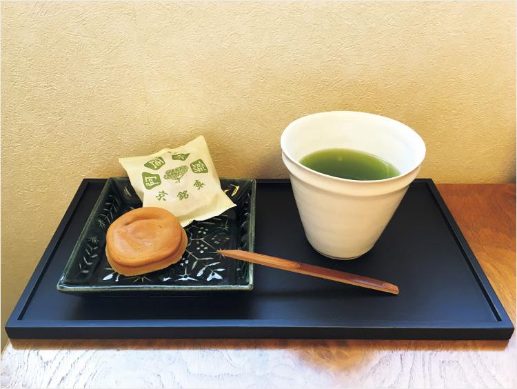 緑茶と<阿闍梨餅本舗 京菓子司 満月>京銘菓 阿闍梨餅を盛り付けたもの