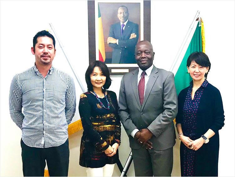 <アチェンティ>スタッフと、本邦駐箚ベナン共和国大使・アデチュブ・マカリミ・アビソラ閣下(中央右)、駐ベナン日本国大使の妻・小西佳子さん(同左)