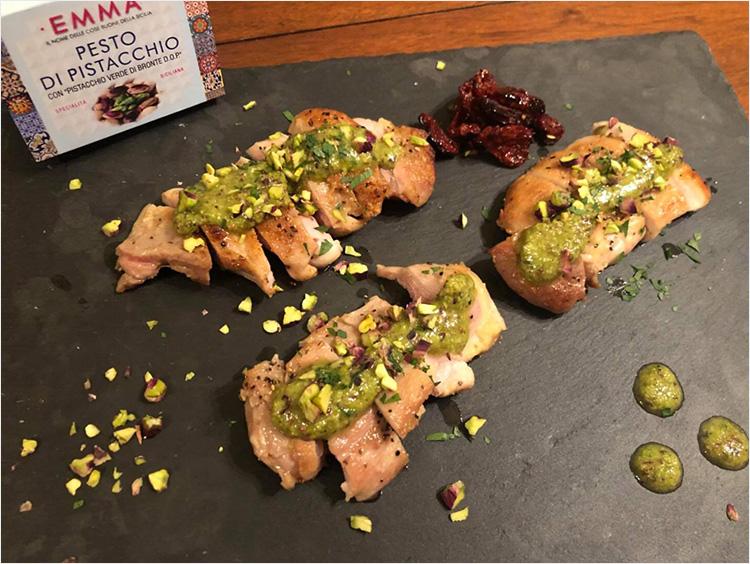 生ピスタチオと生ピスタチオペーストを使った鶏肉のソテー