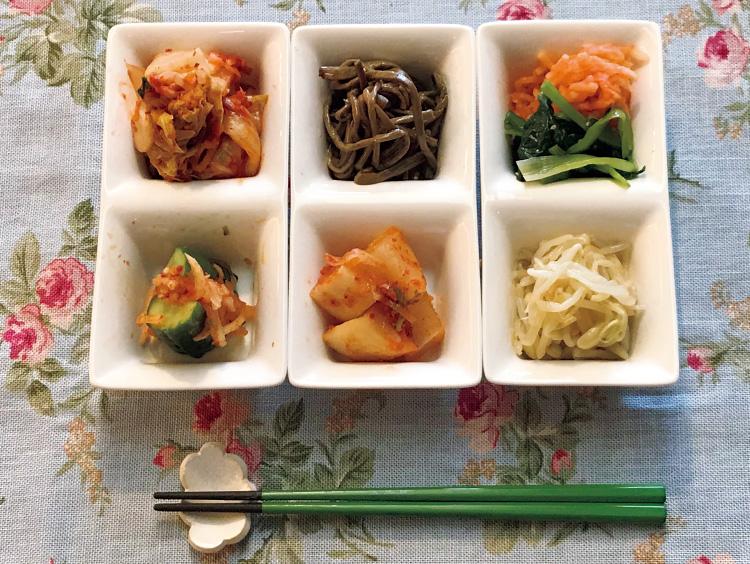 柳香姫の台所 妻家房のミックスキムチ、4種のミックスナムルを盛り付けたもの
