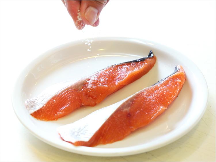 鮭に塩をふっている様子