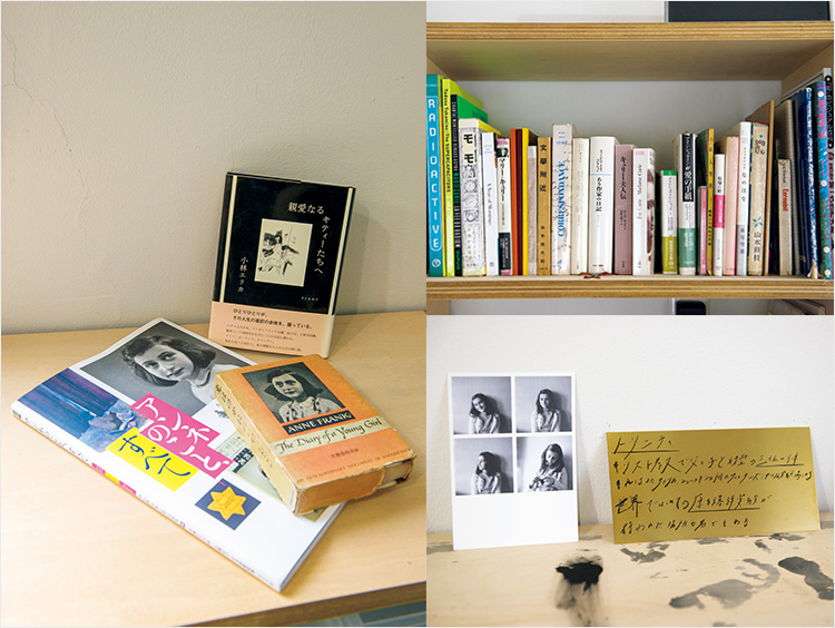 敬愛するアンネ・フランクの古書や、初めての翻訳に挑んだ『アンネのこと、すべて』(ポプラ社)など。デスク周りにもアンネのポートレートが。アトリエの本棚には、必要なものだけを厳選。