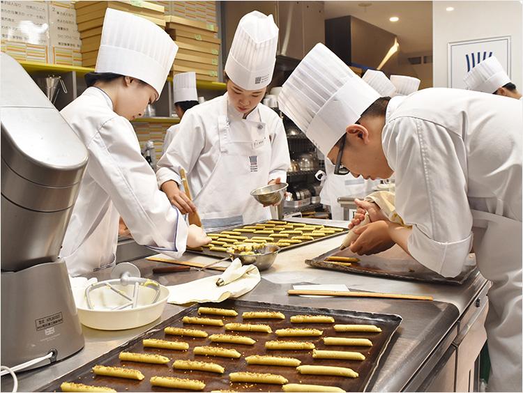 学生がお菓子を作っている様子