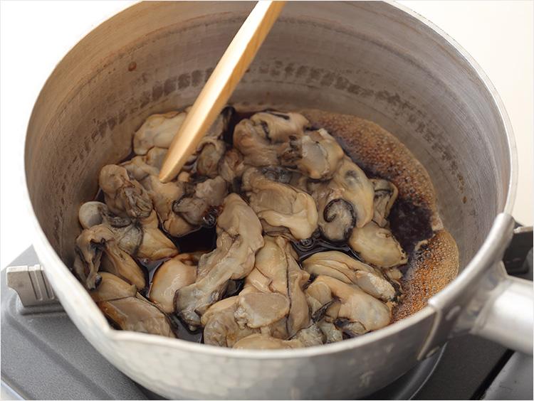 牡蠣を煮ている様子