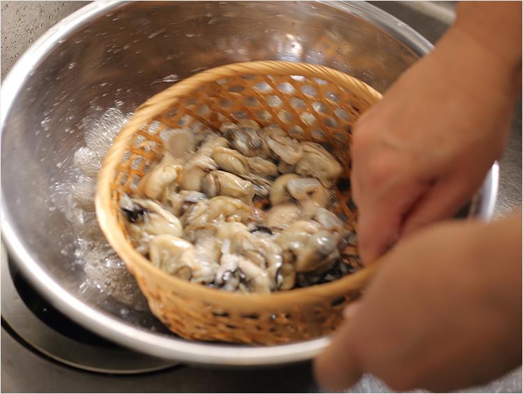 牡蠣を洗っている様子