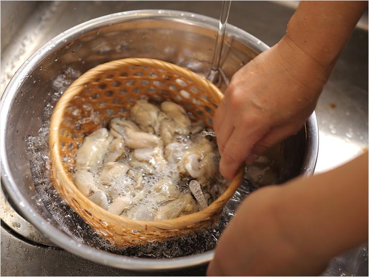 最後に牡蠣を洗っている様子
