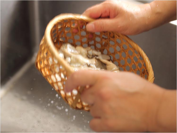 牡蠣の水けをきっている様子