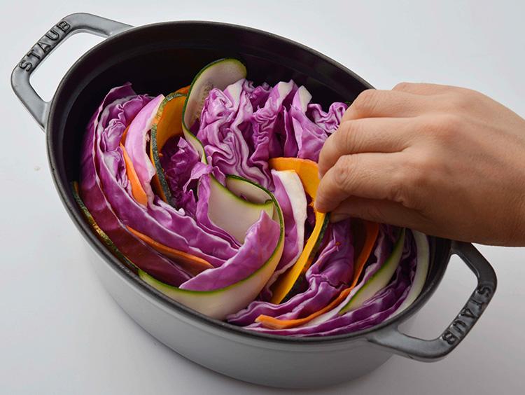 :紫キャベツの間に野菜とチーズを入れる