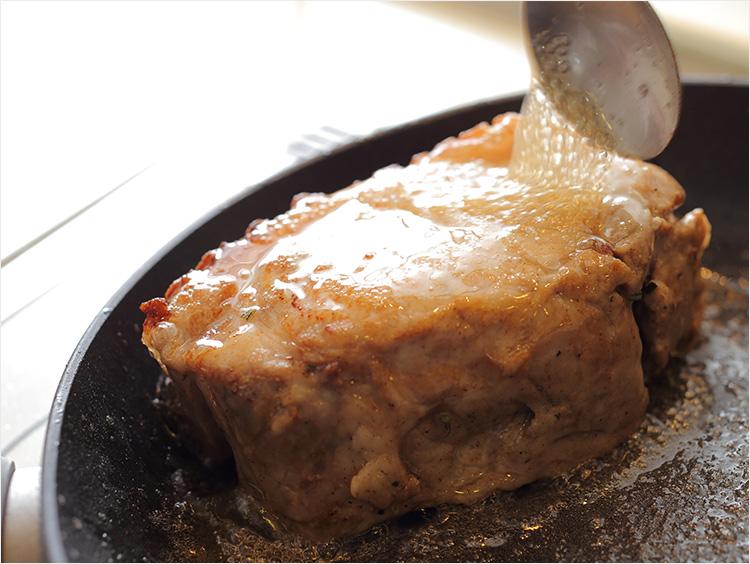 フライパンで豚肉を焼いているところ