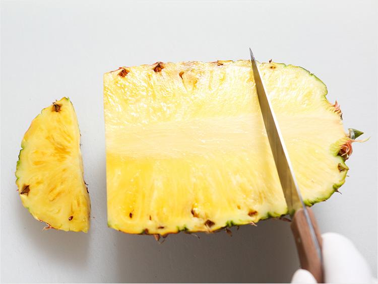 パイナップルを切っている様子
