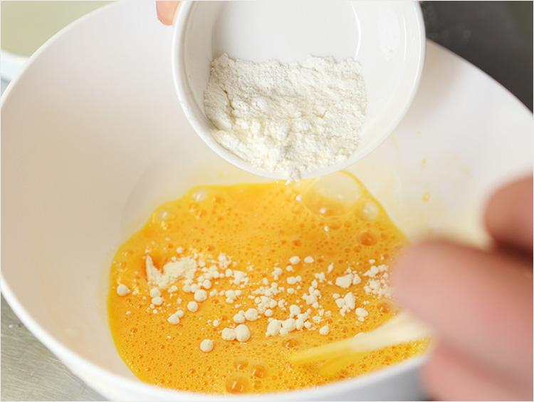 卵に小麦粉を加えているところ