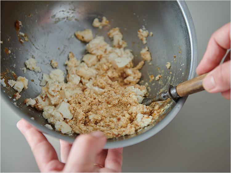 味噌と豆腐を混ぜている様子