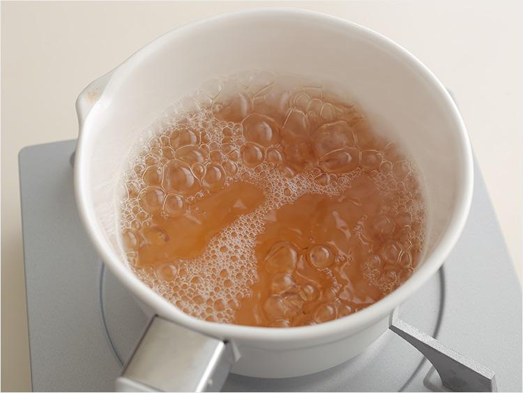 鍋に煮汁を煮立てている様子