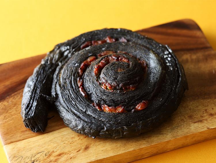 真っ黒エスカルゴ! 人気パンがインパクト抜群の見た目に<リチュエル ル グラン ド ブレ>