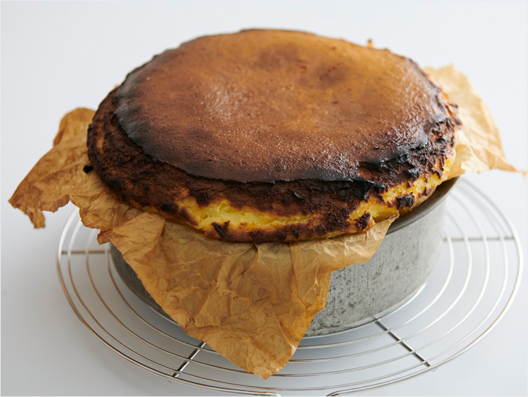 焼き立てのバスクチーズケーキ