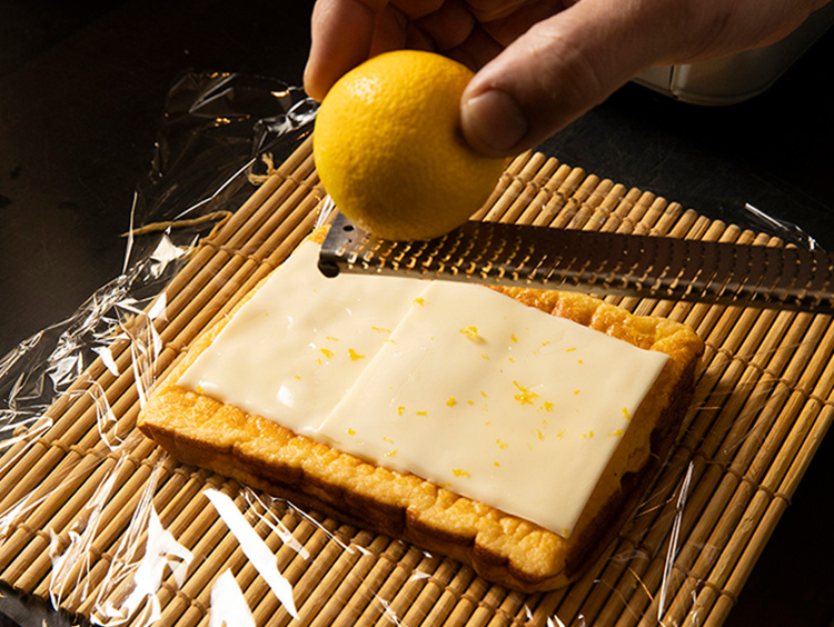 チーズをのせて柚子の皮をふりかけたところ