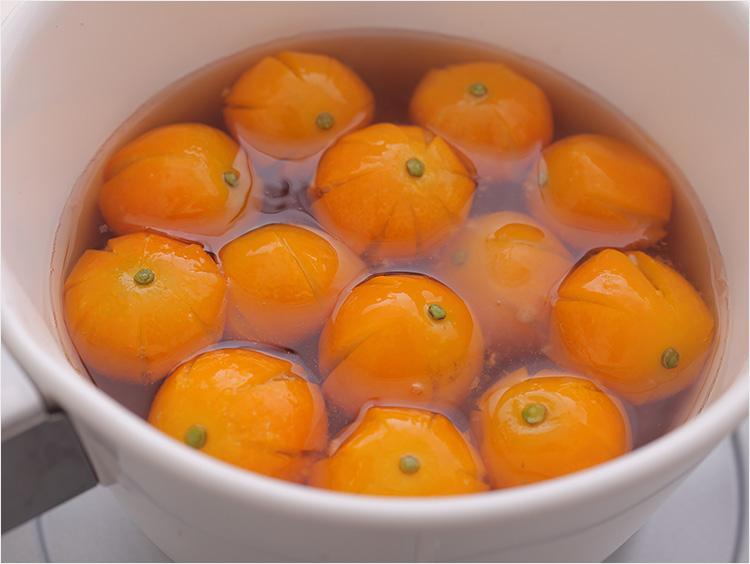 金柑を砂糖水で煮ているところ