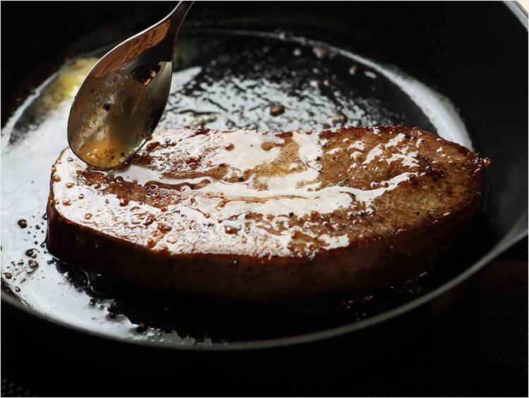 ステーキにバターをかけるところ