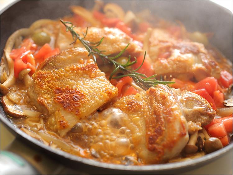 鶏肉、トマトを煮ているところ