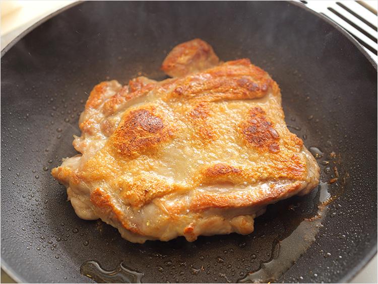鶏肉を焼いているところ