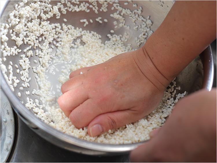 もち米を研いでいるところ