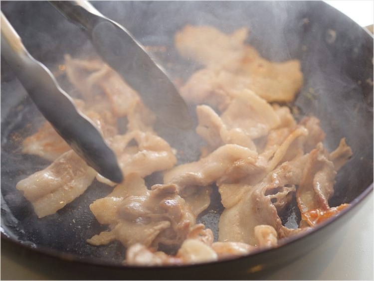 豚肉を炒めているところ