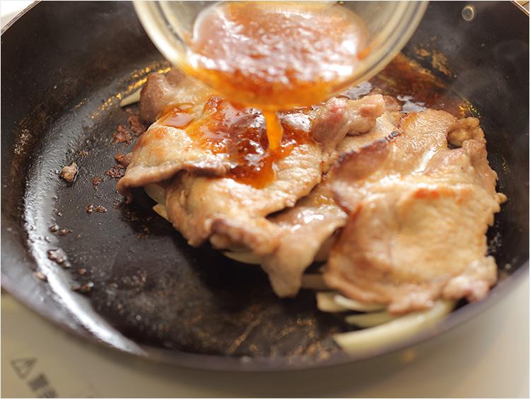 生姜焼きのタレを加えているところ