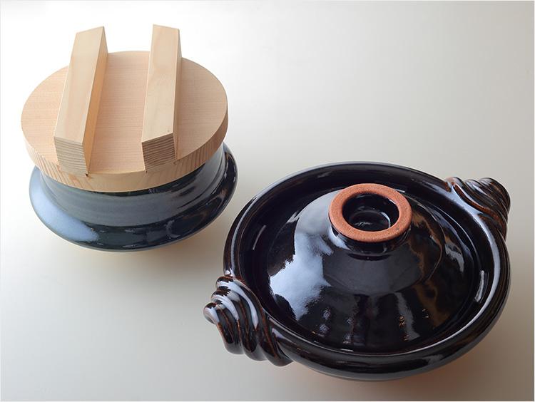 織部ごはん窯と黒鍋の写真