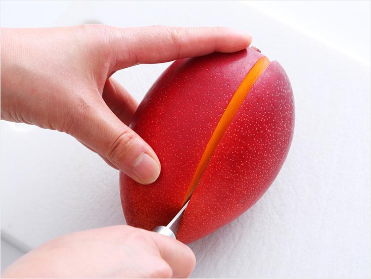 マンゴーを切っているところ