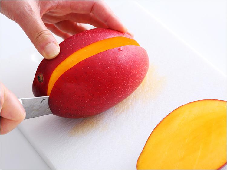 マンゴーを切っているところ(反対側)