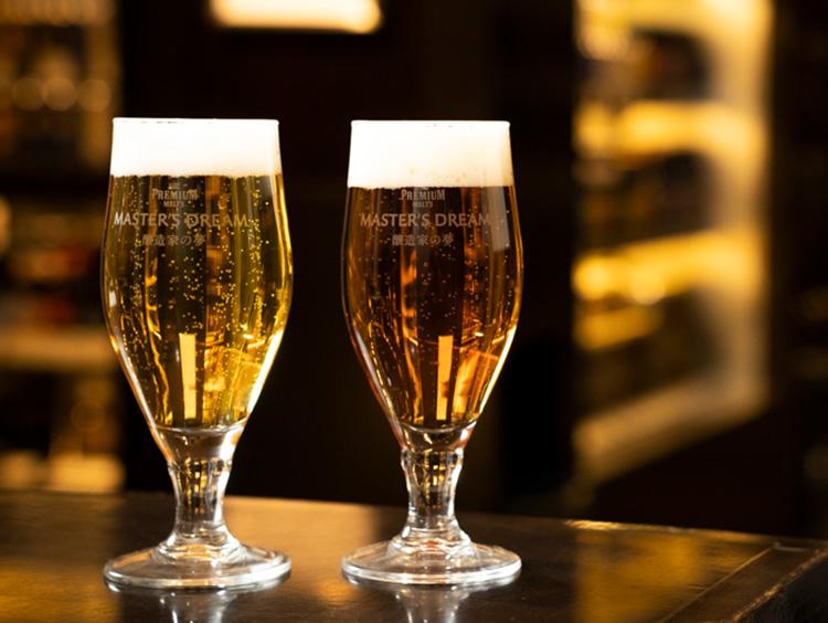 (右)「山崎原酒樽熟成ブレンド」と(左)「ザ・プレミアム・モルツ」のイメージ
