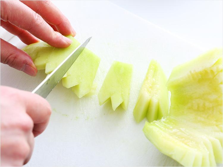 メロンの果実をカットしているところ