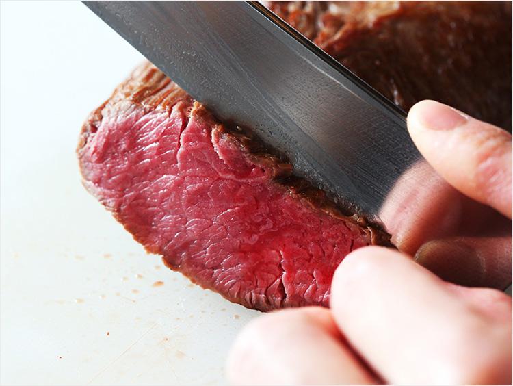 ローストビーフを切っているところ