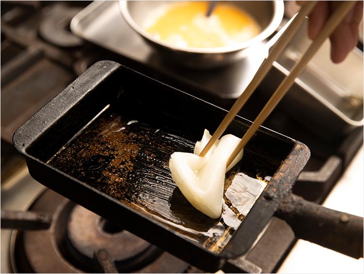 卵焼き器に油を広げているところ