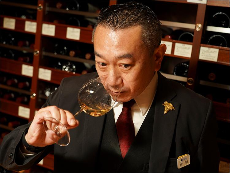 トップソムリエ・宮沢典芳さんが試飲する様子