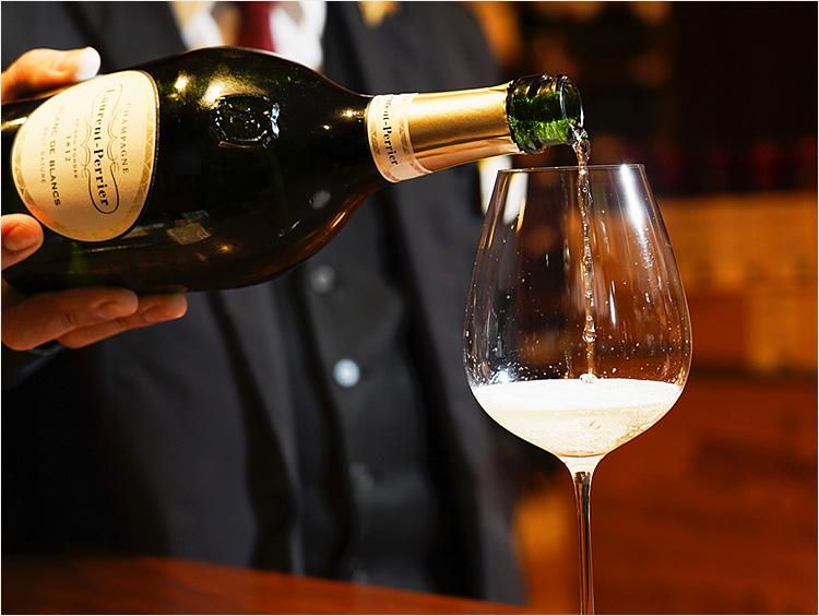 <ローラン・ペリエ>「ブラン ド ブラン ブリュット ナチュール」を白ワイングラスに注ぐ様子