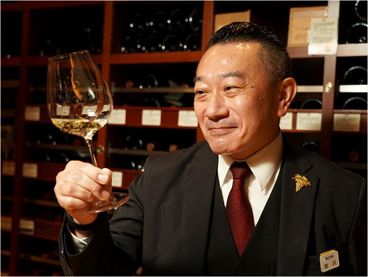 トップソムリエ宮沢典芳さんが試飲して笑顔になった様子